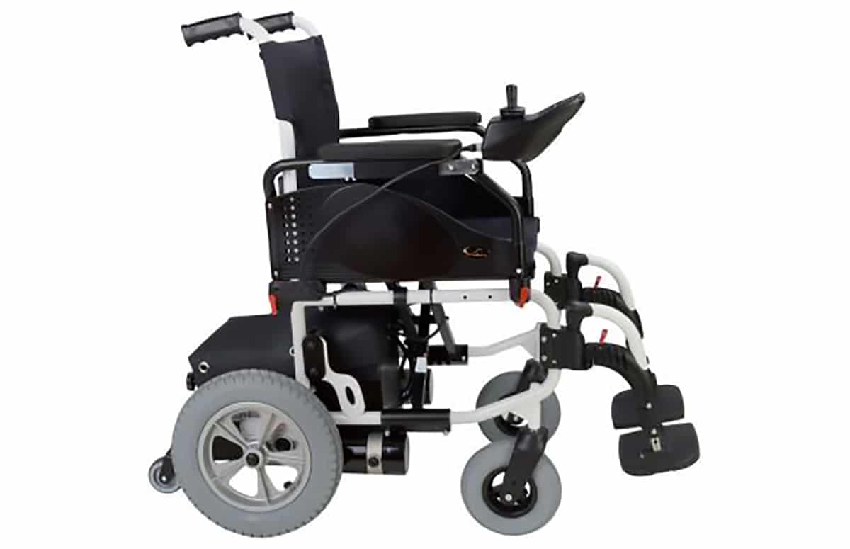 Cadeira de rodas elétrica, preta, com vista lateral