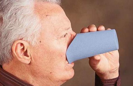 Senhor a utilizar copo adaptado azul