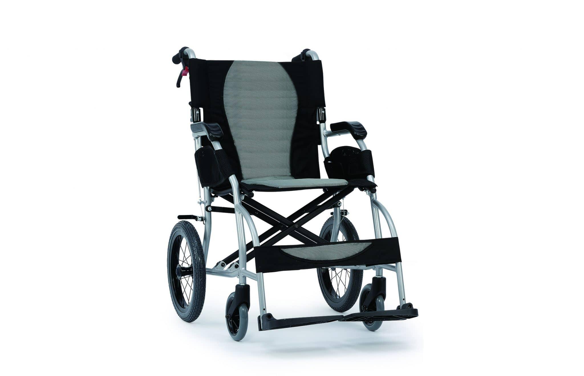 Cadeira de rodas manual, cinzenta e preta, com roda pequena, vista de perfil