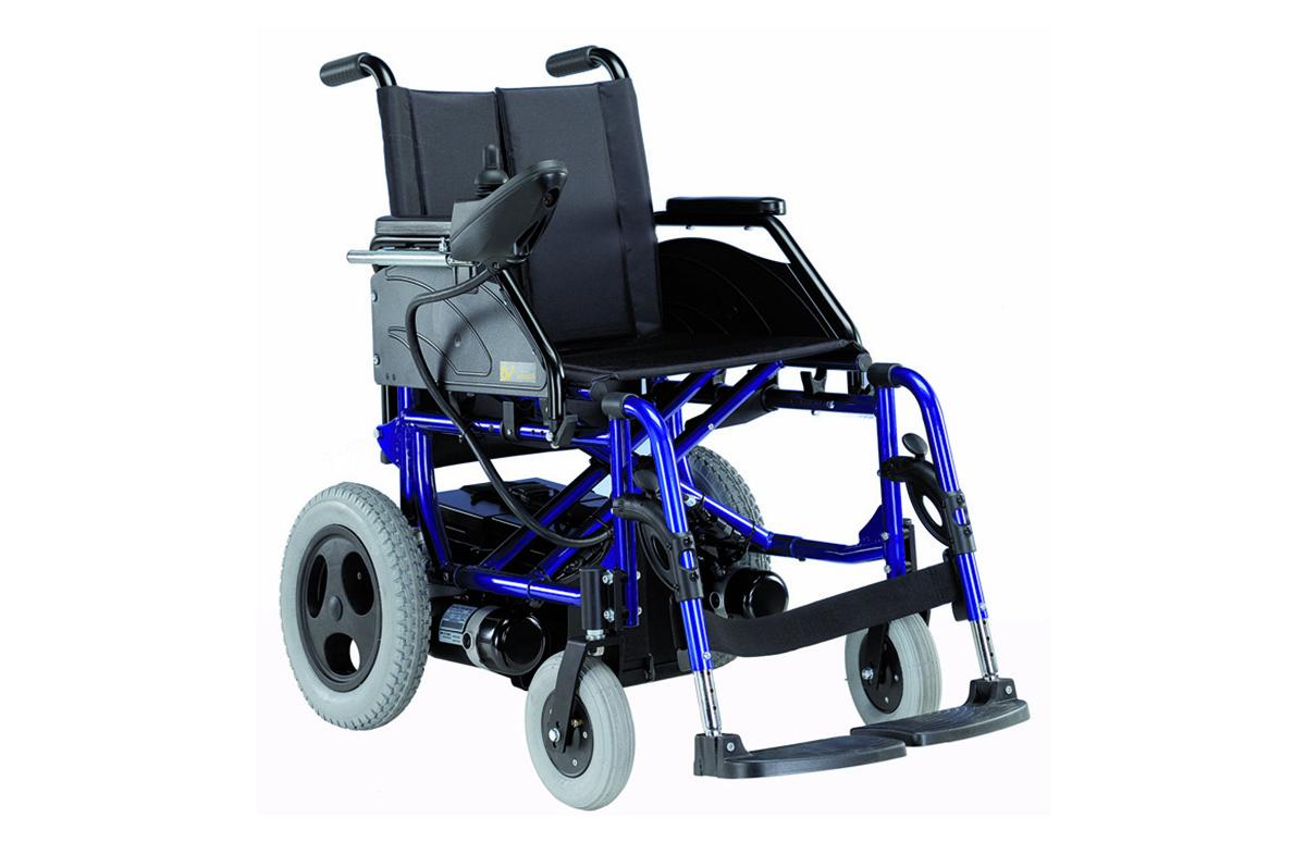 Cadeira de rodas elétrica desmontável. Possui estrutura de encartar em aço, com cruzeta dupla de alta resistência. As baterias podem ser retiradas para facilitar o transporte.