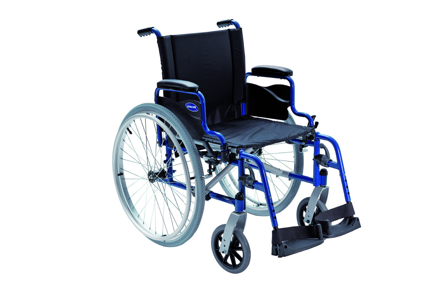 Cadeira de rodas manual preta, com estrutura azul, vista de perfil