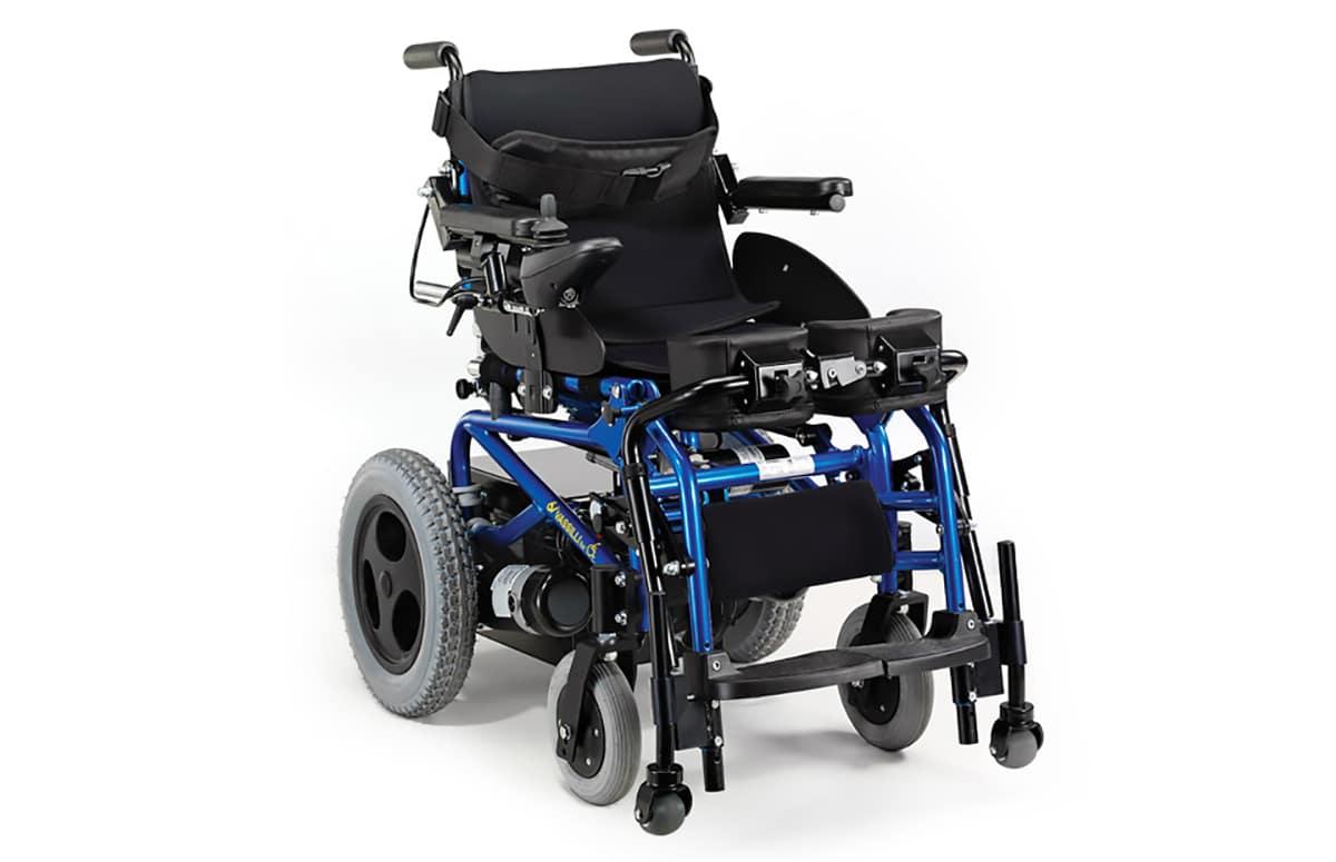 Cadeira de rodas azul e preta verticalizada
