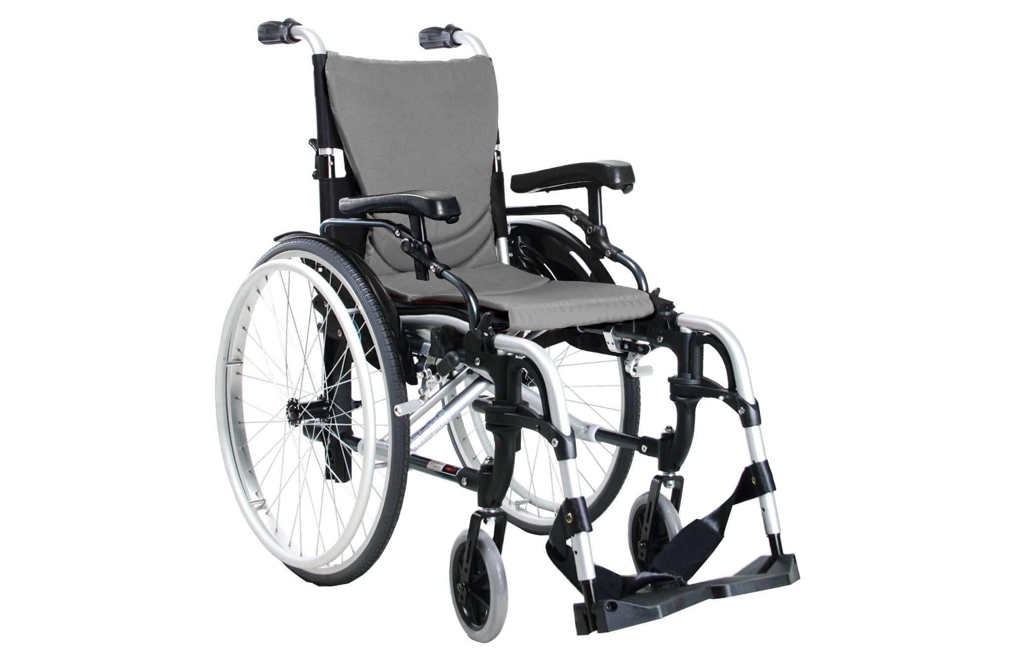Cadeira de rodas manual, cinzenta e preta, vista de perfil