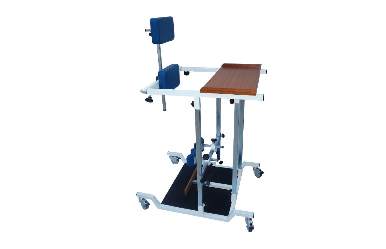 Standing frame com almofadas azuis, estrutura em alumínio e tabuleiro em madeira, visto de perfil