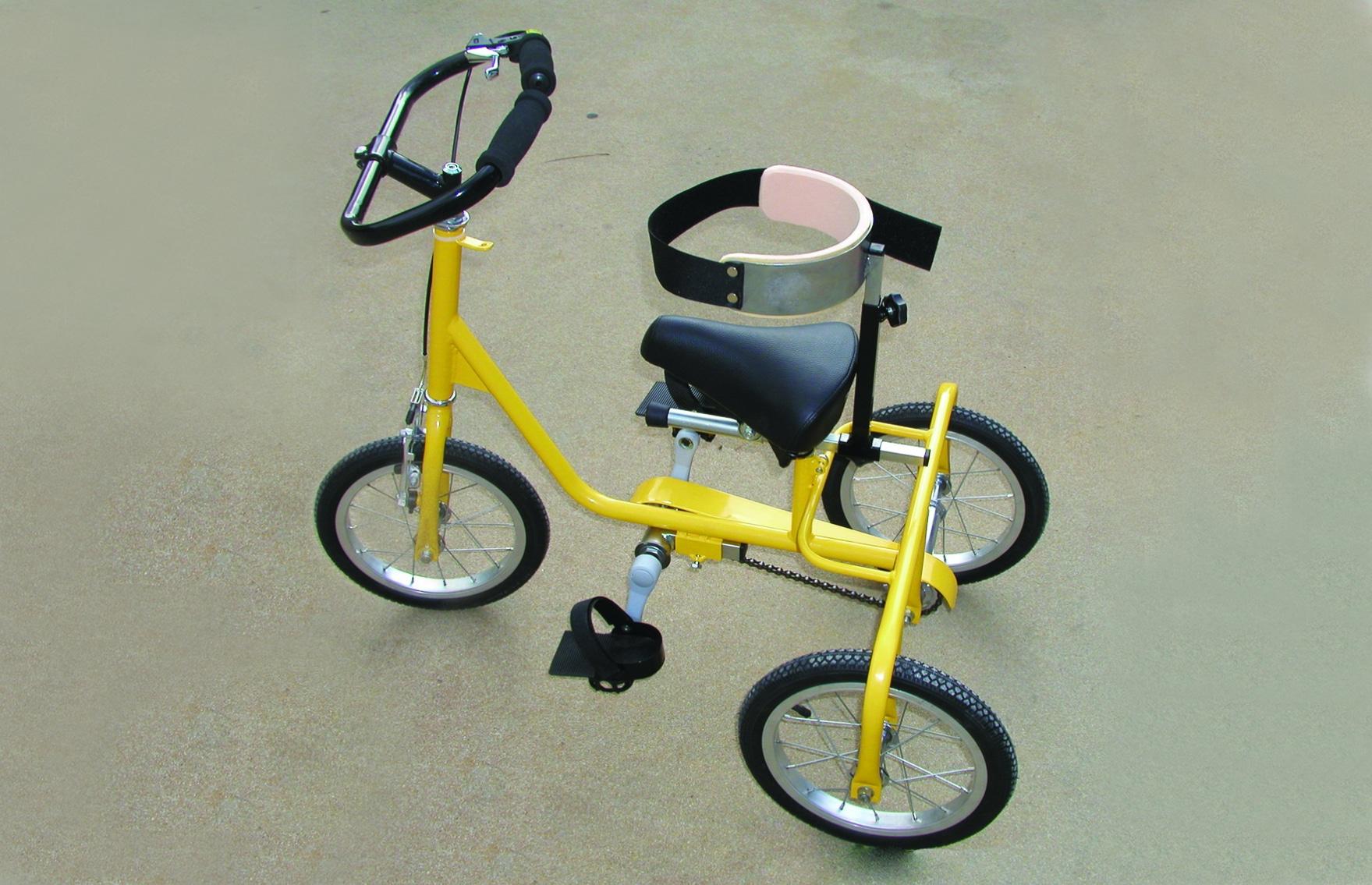 Triciclo amarelo com suporte de tronco, com vista lateral