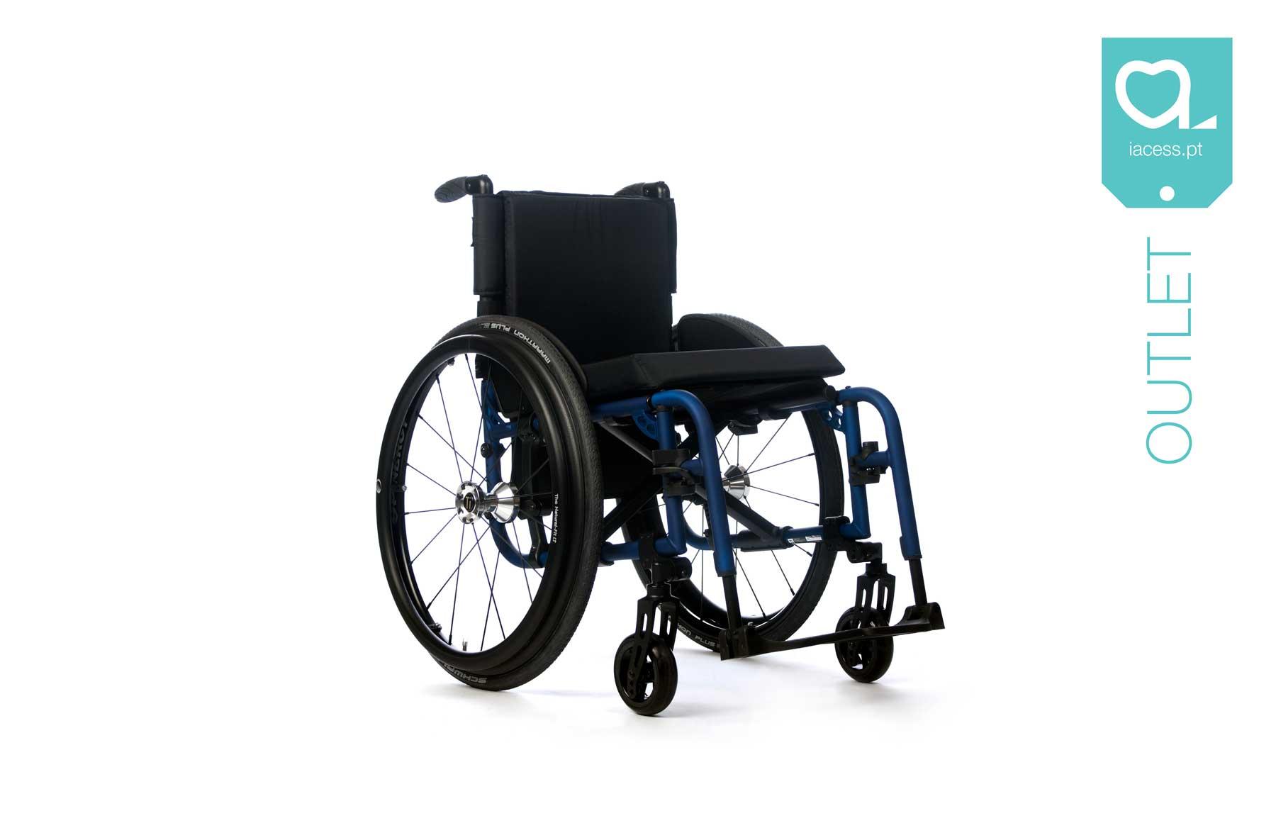 Cadeira de rodas manual com estrutura azul