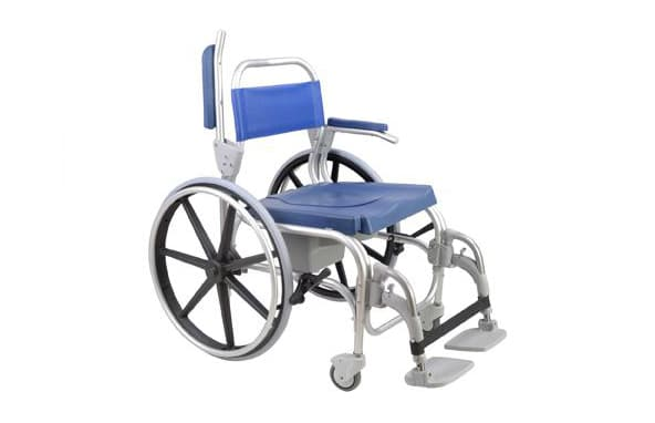 Cadeira de banho azul com estrutura em alumínio, apoio de braço levantado e rodas grandes