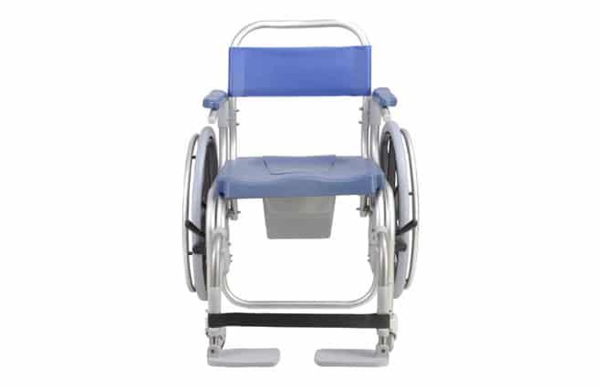 Cadeira de banho azul, com estrutura em alumínio, rodas grandes vista de frente