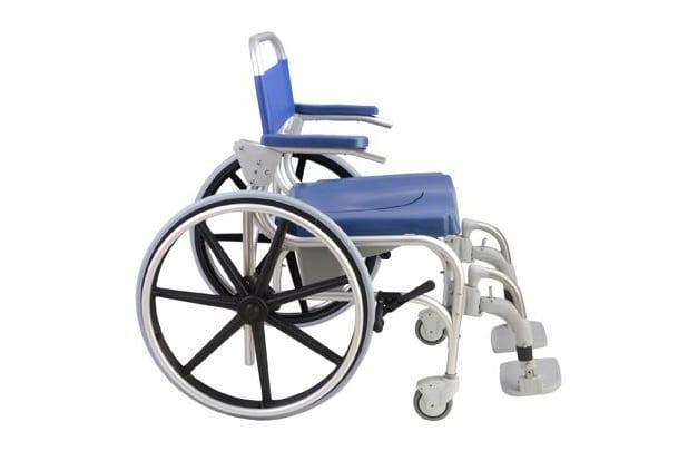 Cadeira de banho azul, com estrutura em alumínio, rodas grandes vista de lado