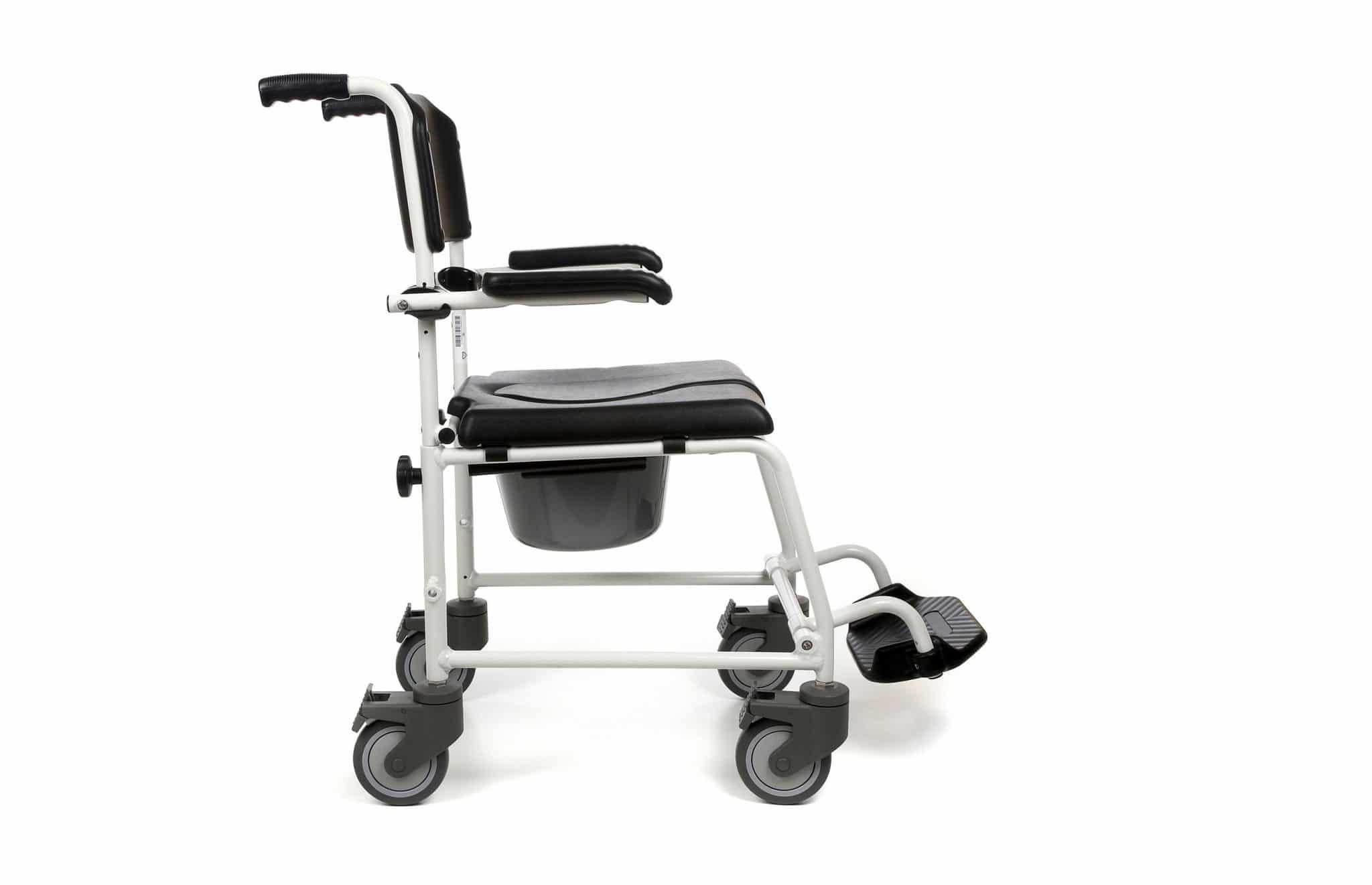 Cadeira de banho preta com estrutura em alumínio branco, com vista lateral