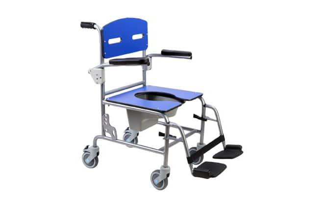 Cadeira de banho azul com estrutura em alumínio vista de perfil