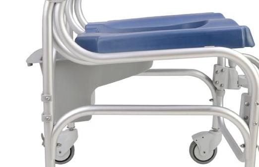 Cadeira de banho vista de lado, com visão ampliada para assento e pernas da cadeira