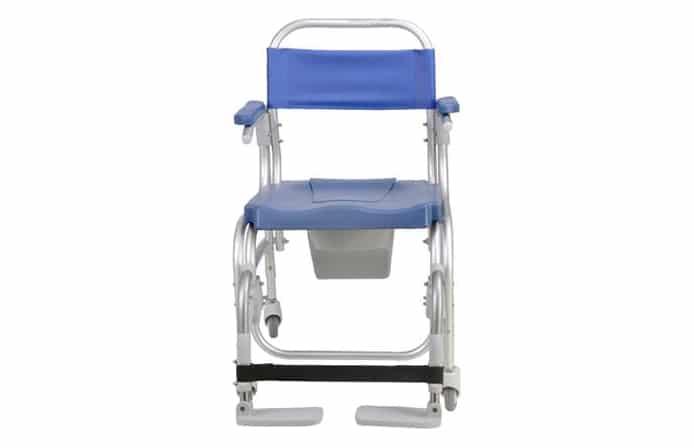 Cadeira de banho azul com estrutura em alumínio vista de frente