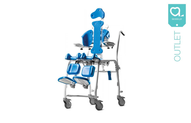 Cadeira de banho Clozzit 2 azul com sistema de basculação, para utilização pediátrica. Com apoio de cabeça, suportes de tronco, guias de membros inferiores e apoios de pernas individuais e ajustáveis em altura e ângulo.