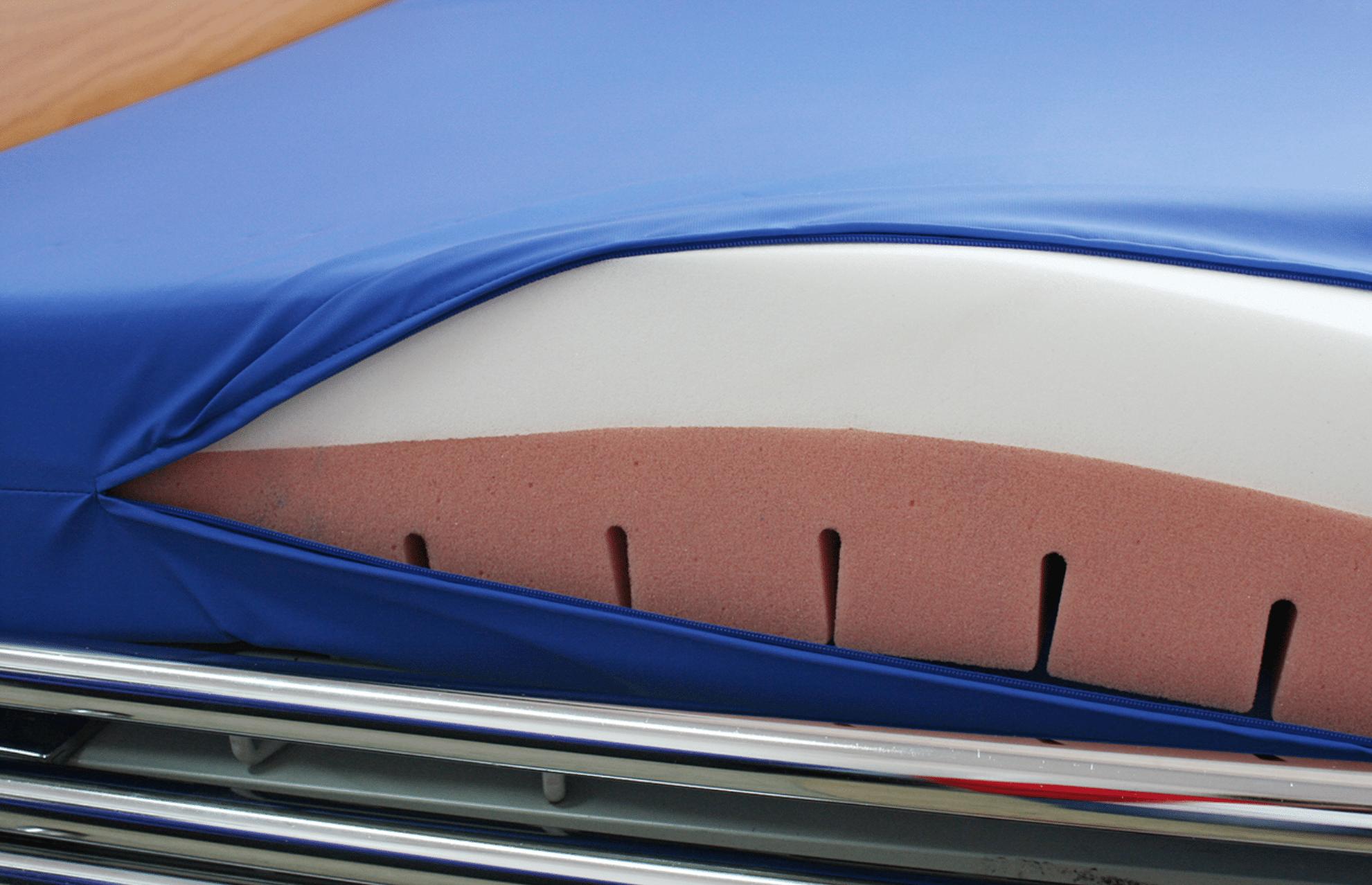 Colchão com interior branco e vermelho e capa azul