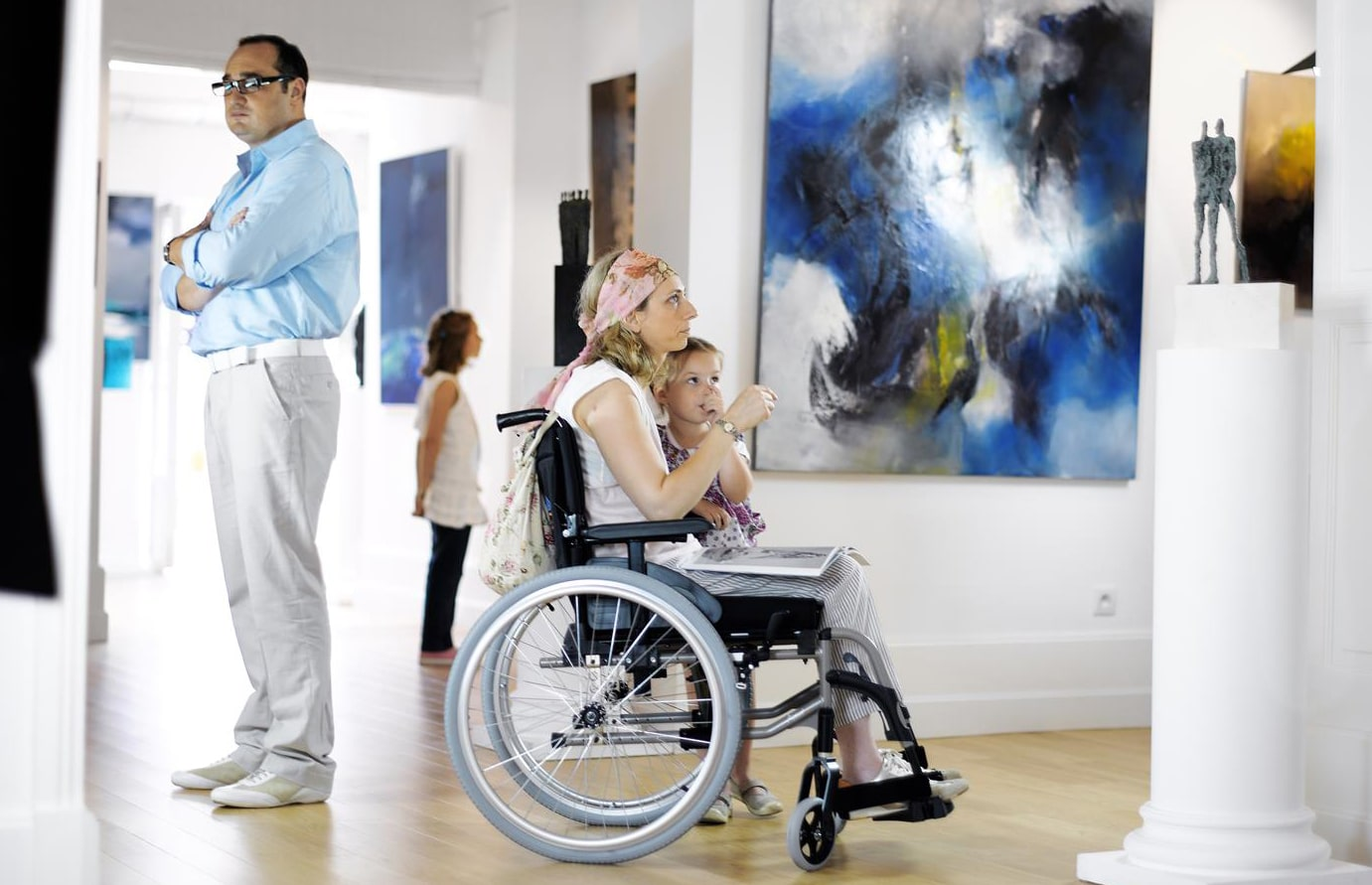 Utilizadora de cadeira de rodas manual com criança