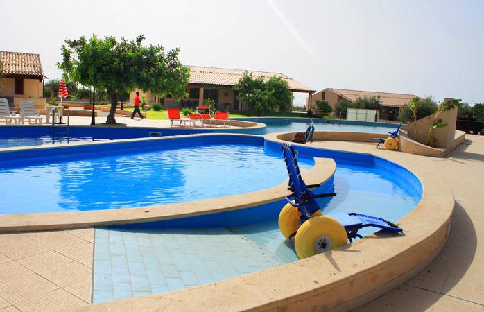 Cadeira de rodas anfibia em piscina