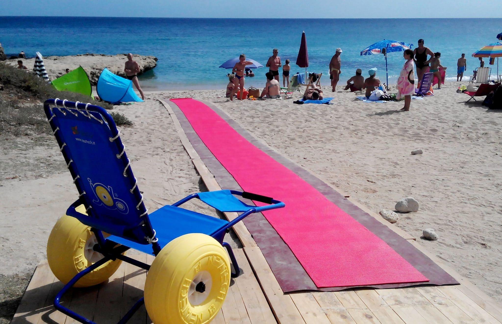 Cadeira de rodas anfibia em praia