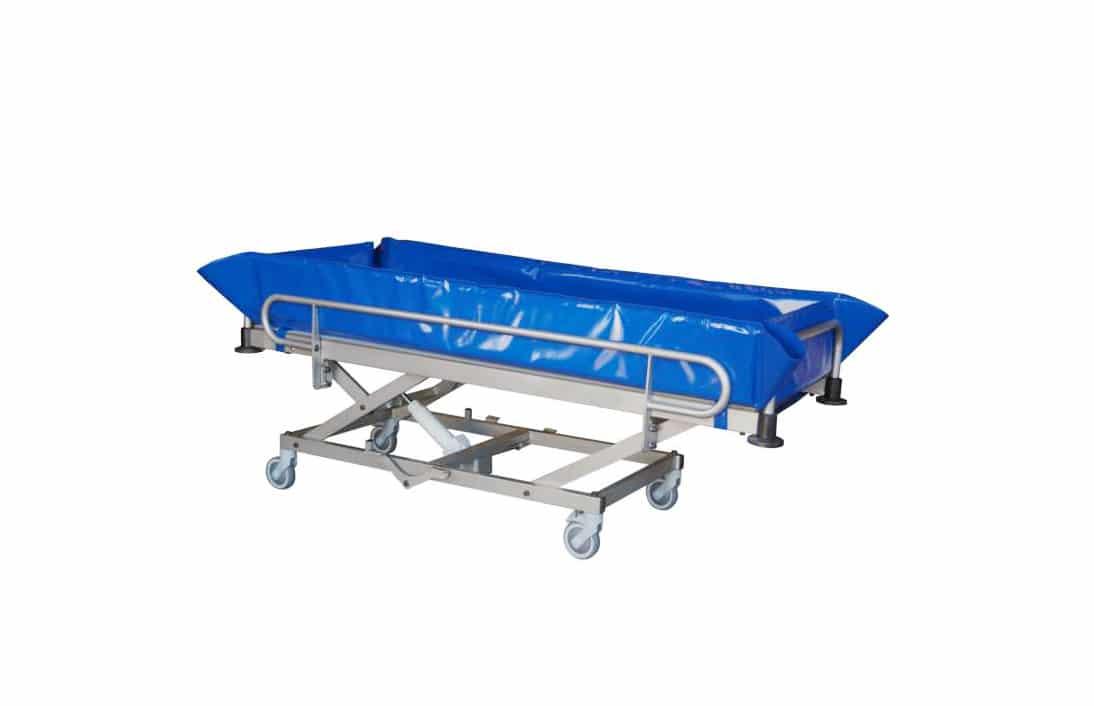 Carro de banho azul com estrutura em alumínio, vista de perfil
