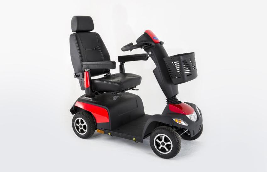 Scooter vermelha e preta vista de perfil