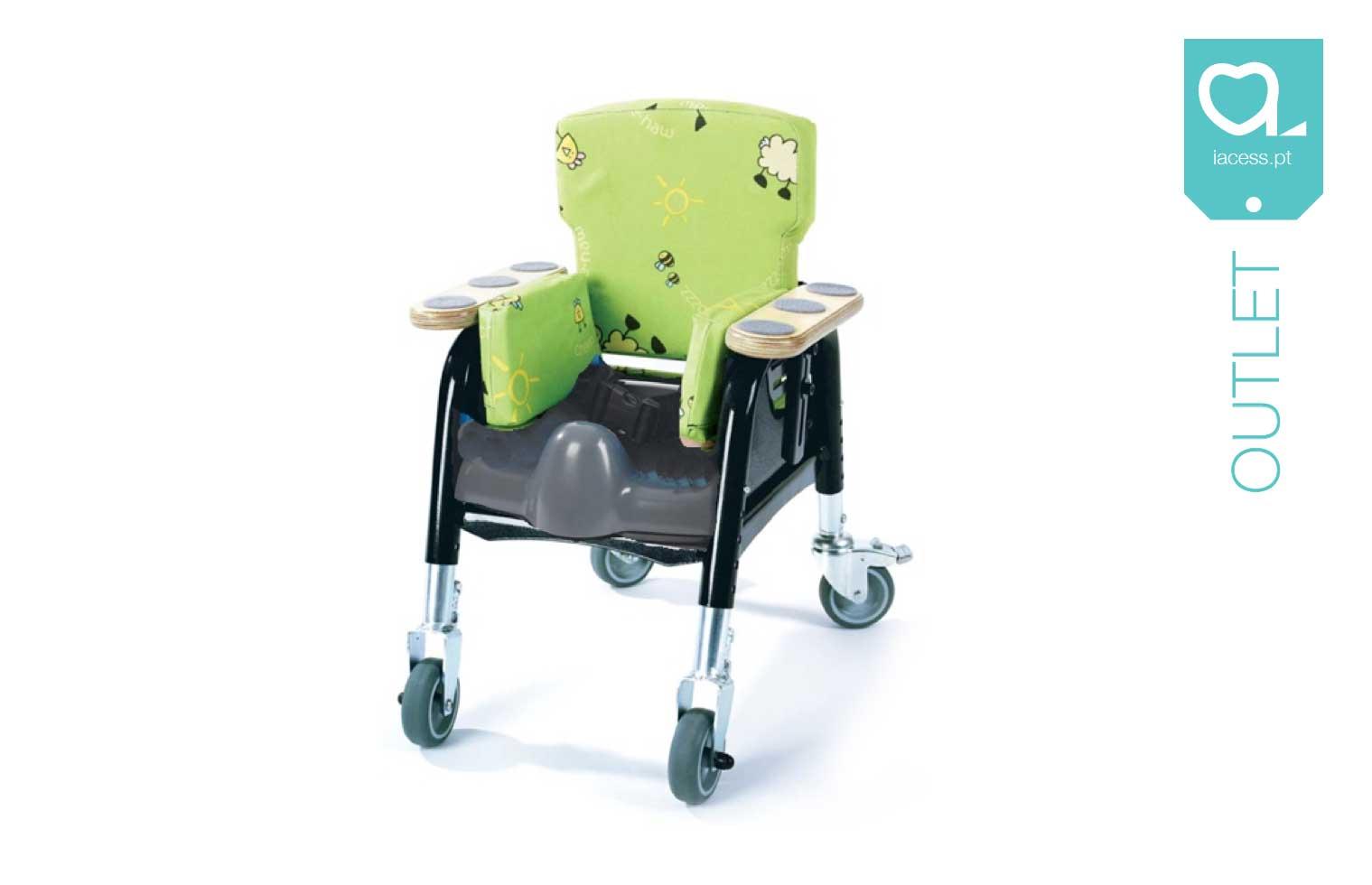 Cadeira pediátrica verde com padrão