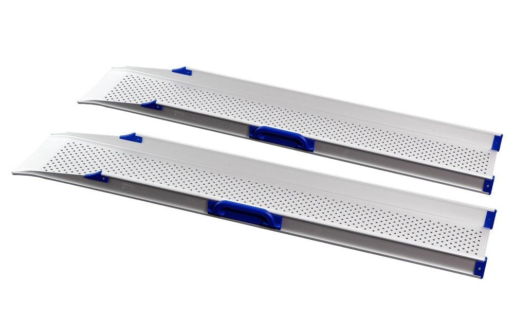 Par de rampas simples leves e fáceis de aplicar em diferentes superfícies, com superfície de tração perfurada. Possuem alças para transporte que podem ser retraídas para as secções laterais de modo a facilitar o armazenamento e utilização. Produto de apoio de mobilidade