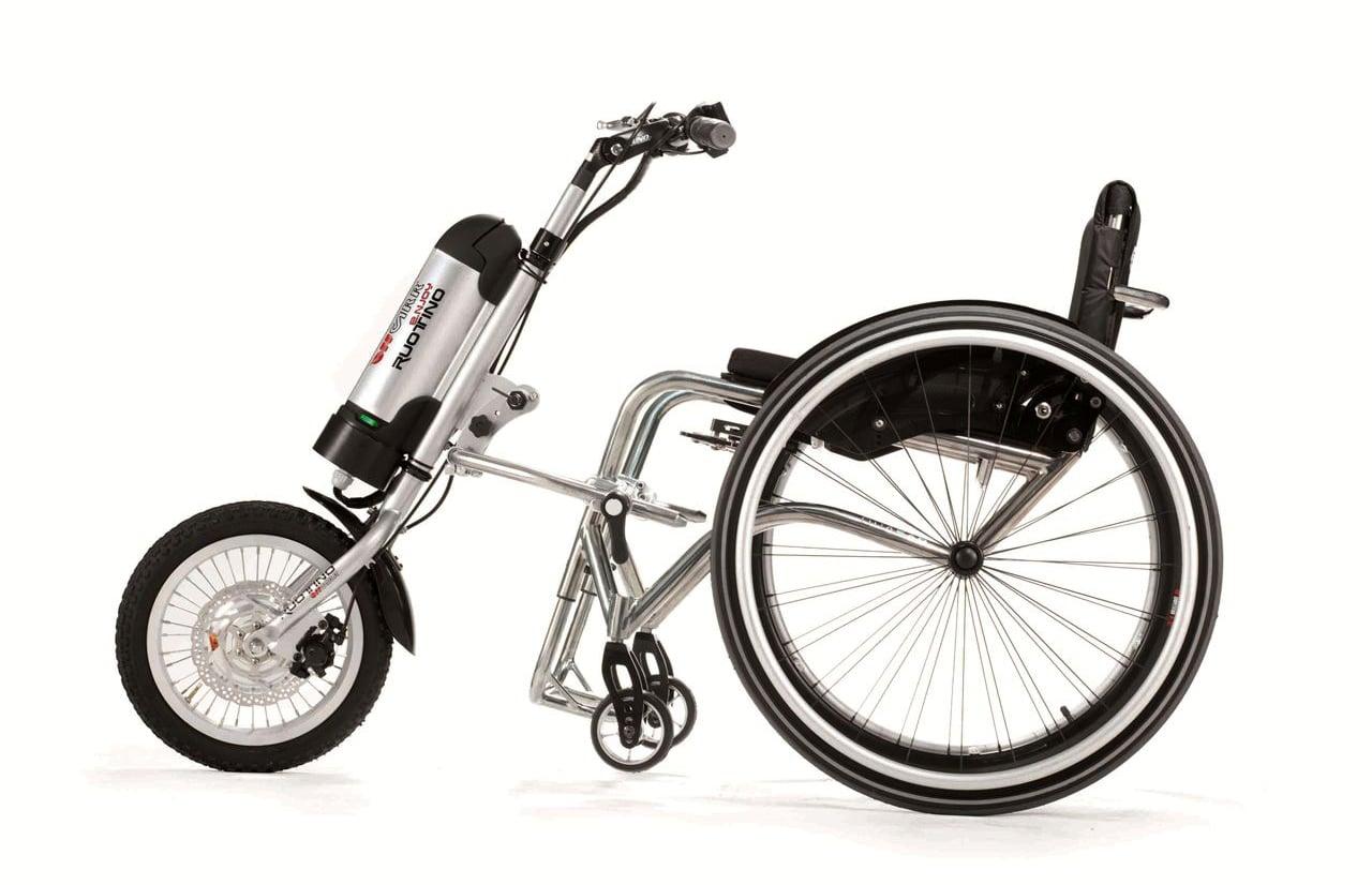 Ruotino enjoy em cadeira de rodas visto de lado