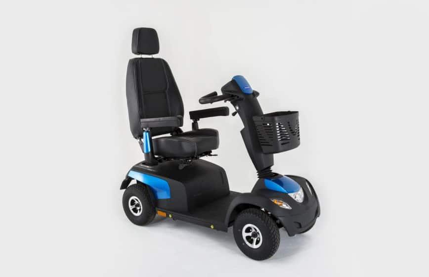 Scooter azul e preta com vista lateral