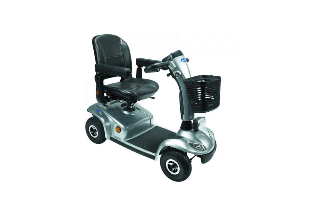 Scooter cinzenta e preta vista de perfil