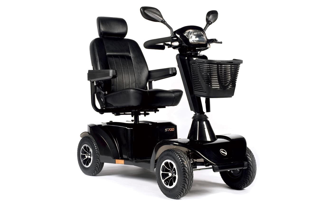 Scooter preta com cesto vista de perfil