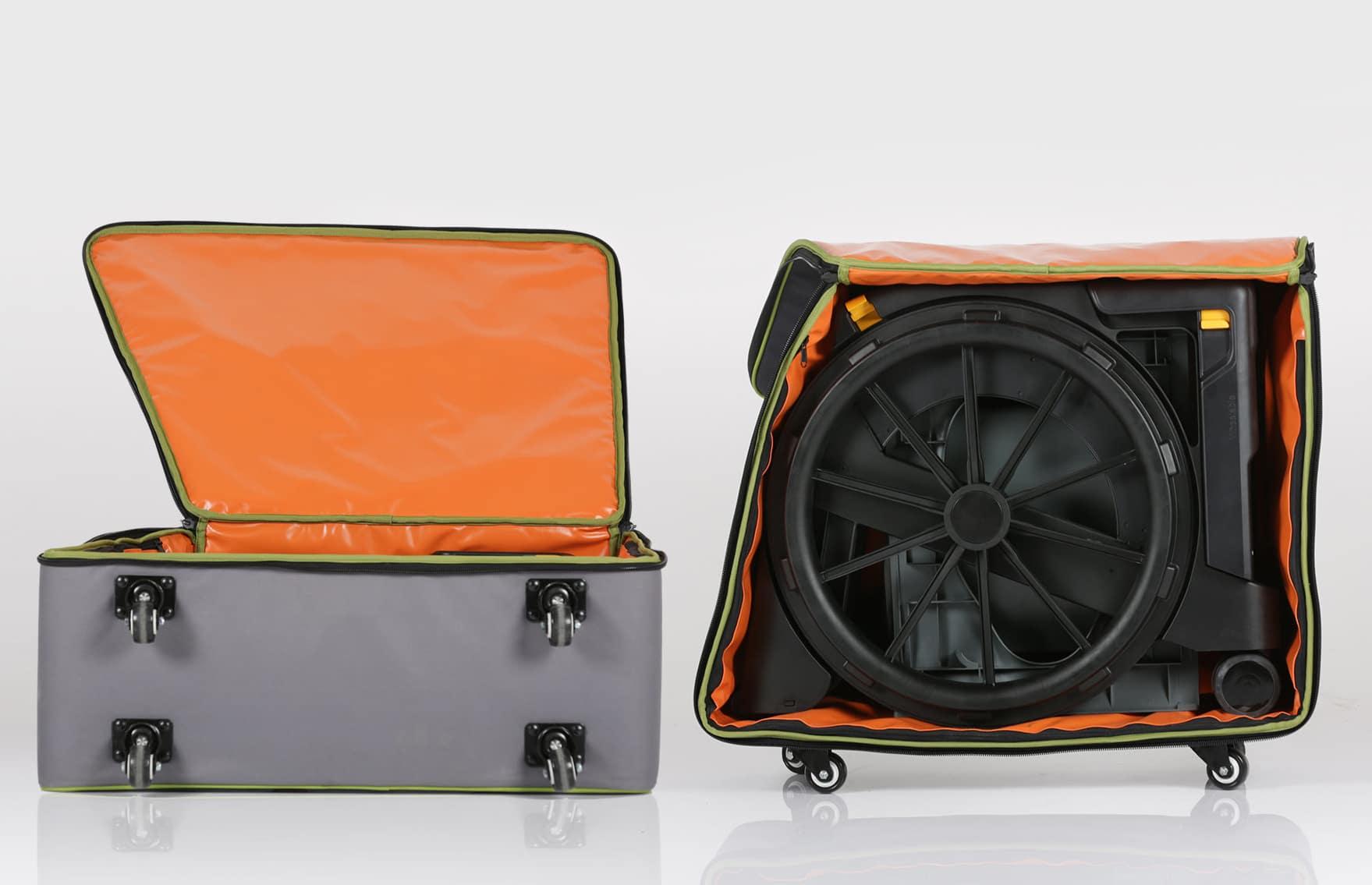 Cadeira de banho preta encartada, dentro de saco de viagem