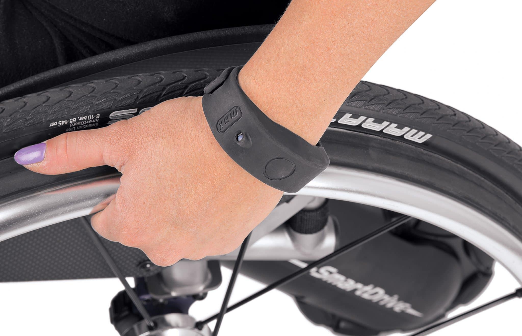 Utilizadora de cadeira de rodas a usar smart drive com pulseira