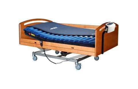 Cama em madeira com sobrecolchão azul