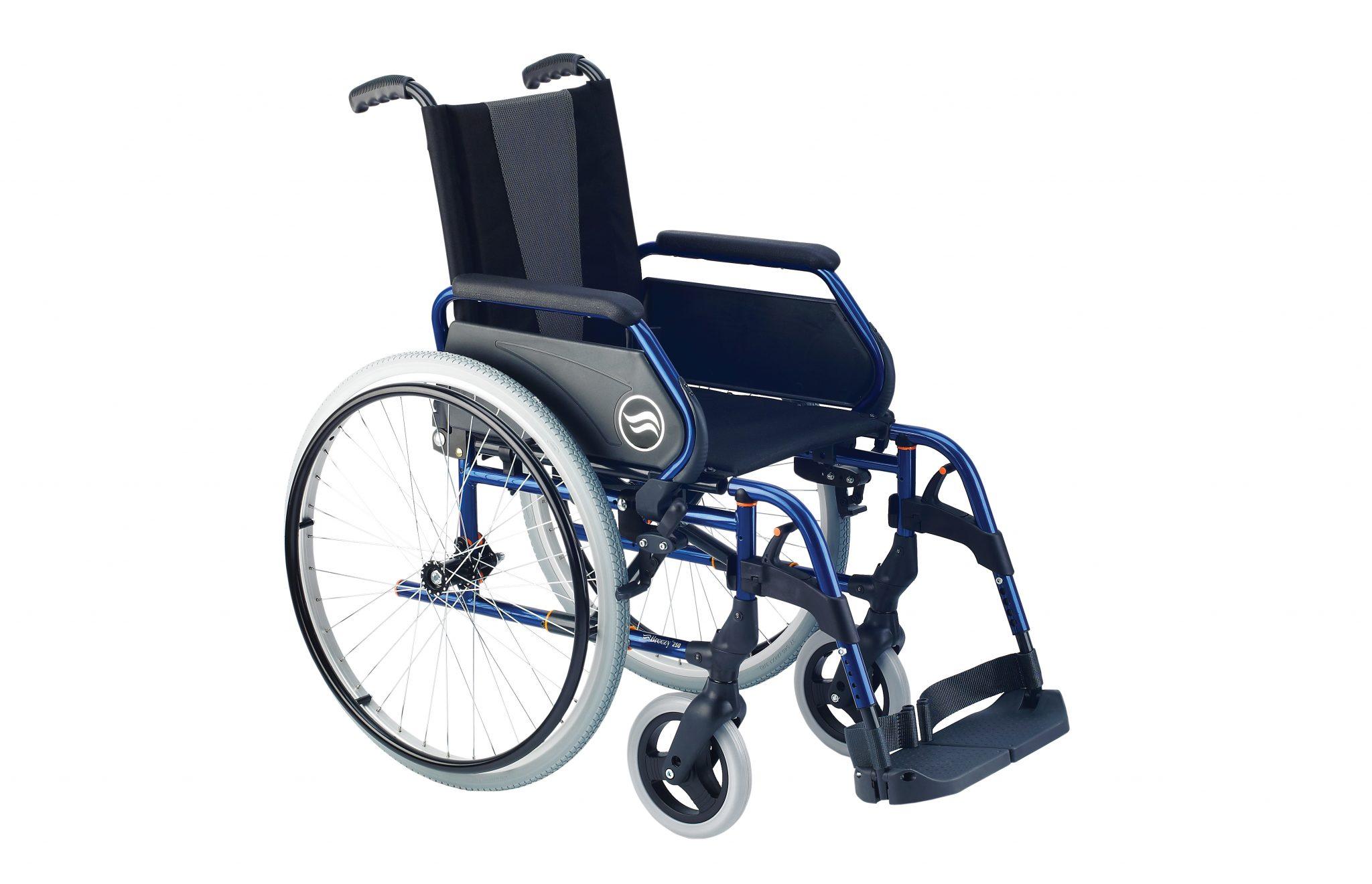 Cadeira de rodas manual, preta com estrutura azul, com roda grande, com vista de perfil.