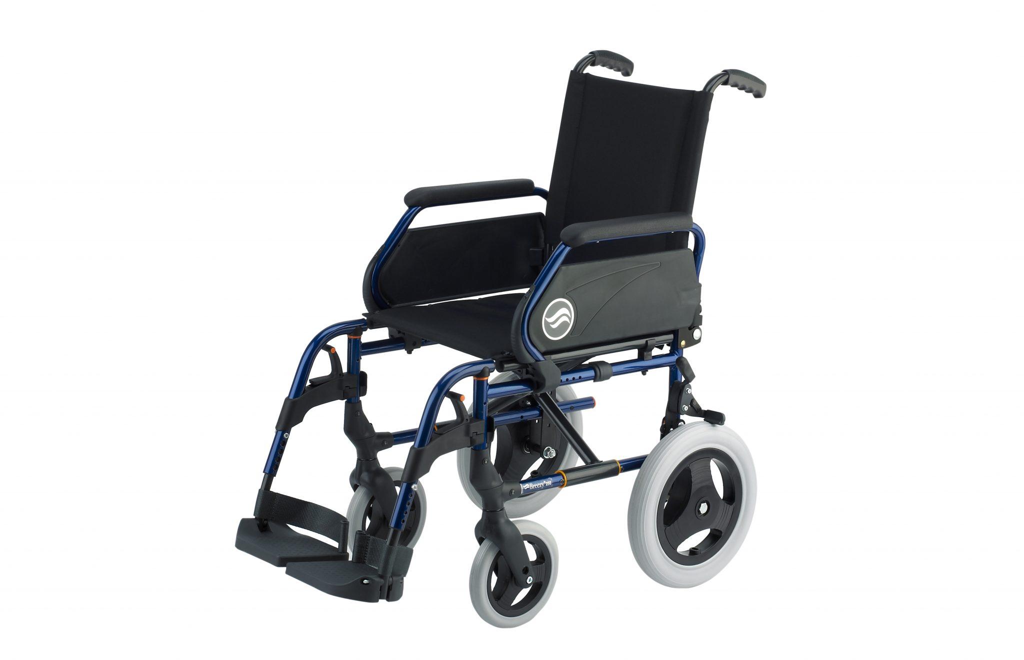 Cadeira de rodas manual, preta com estrutura azul, com roda pequena, com vista de perfil.