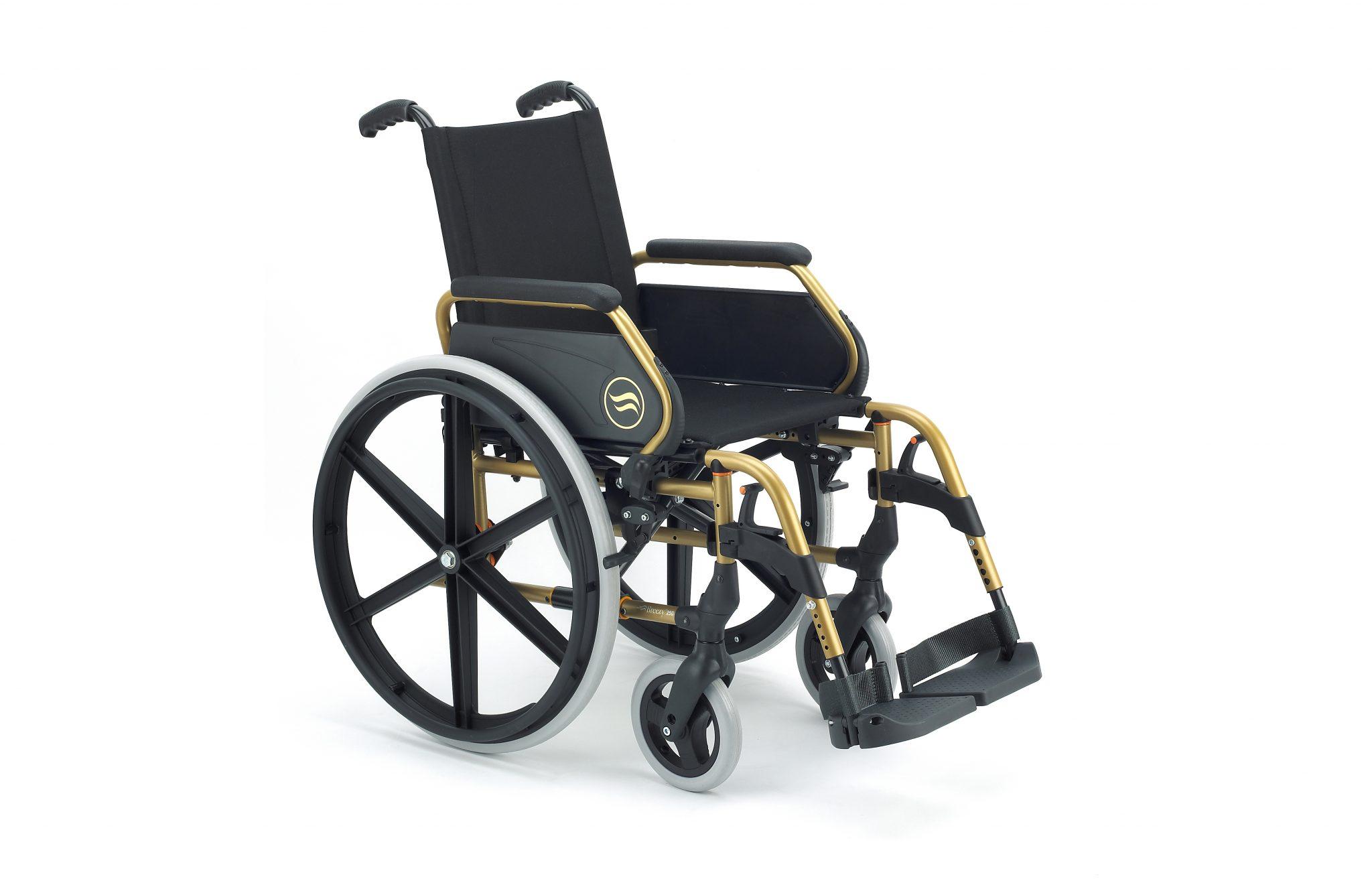 Cadeira de rodas manual, preta com estrutura dourada, com roda grande, com vista de perfil.