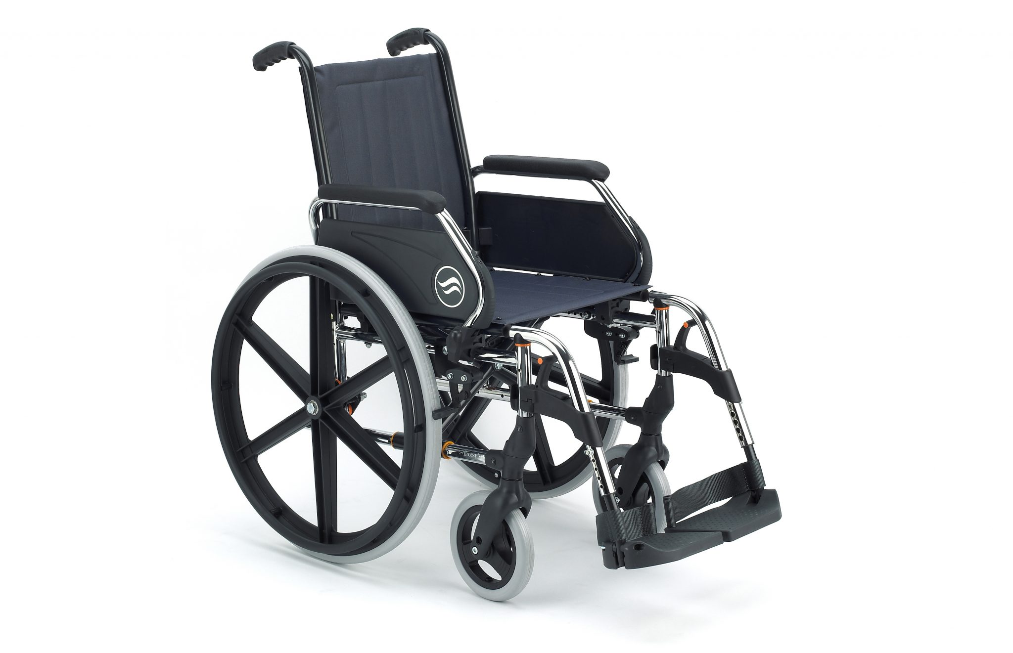 Cadeira de rodas manual, preta com estrutura prateada e jantes pretas, vista de perfil