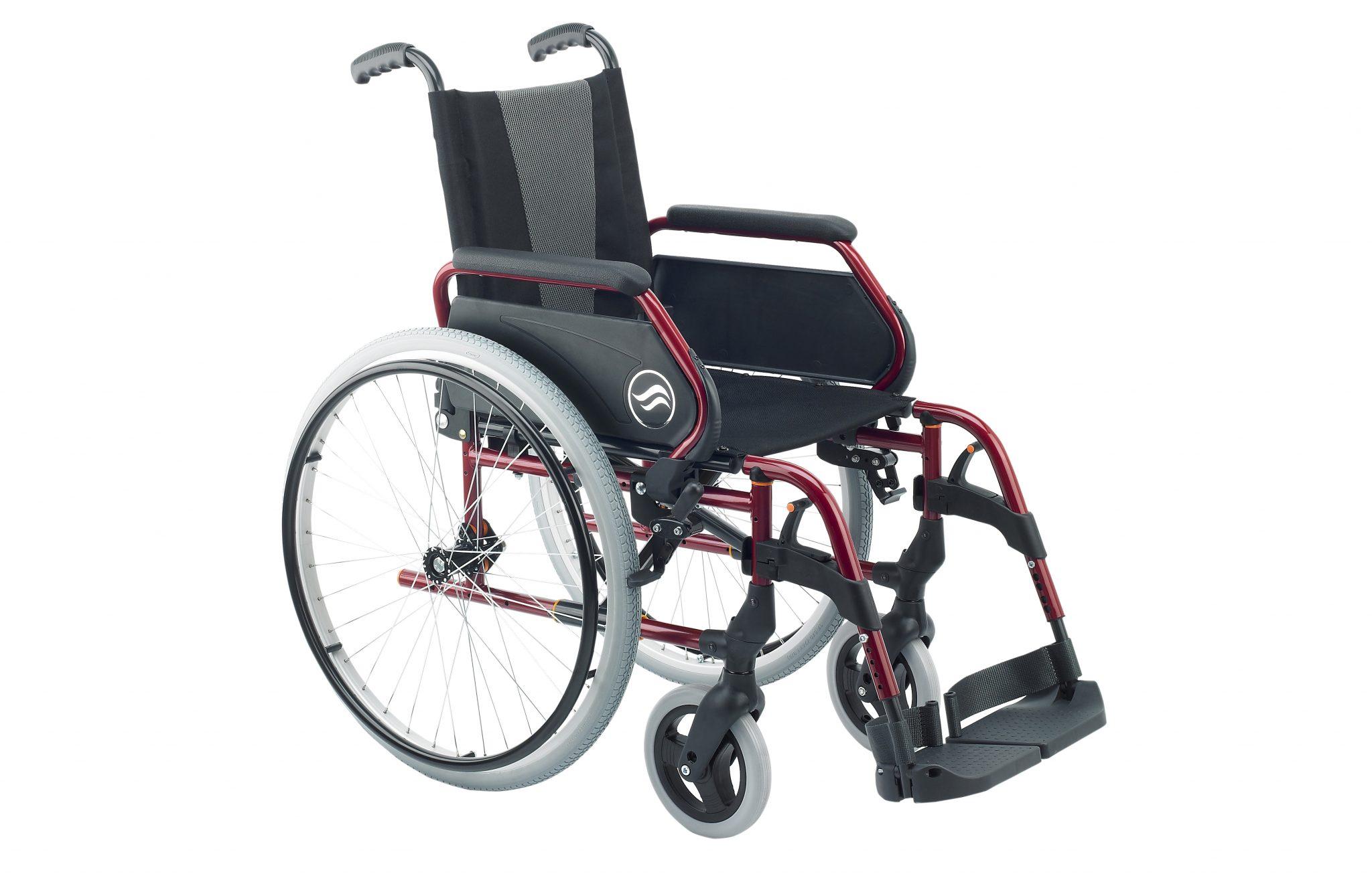 Cadeira de rodas manual, preta com estrutura vermelha e jantes prateadas, vista de perfil.