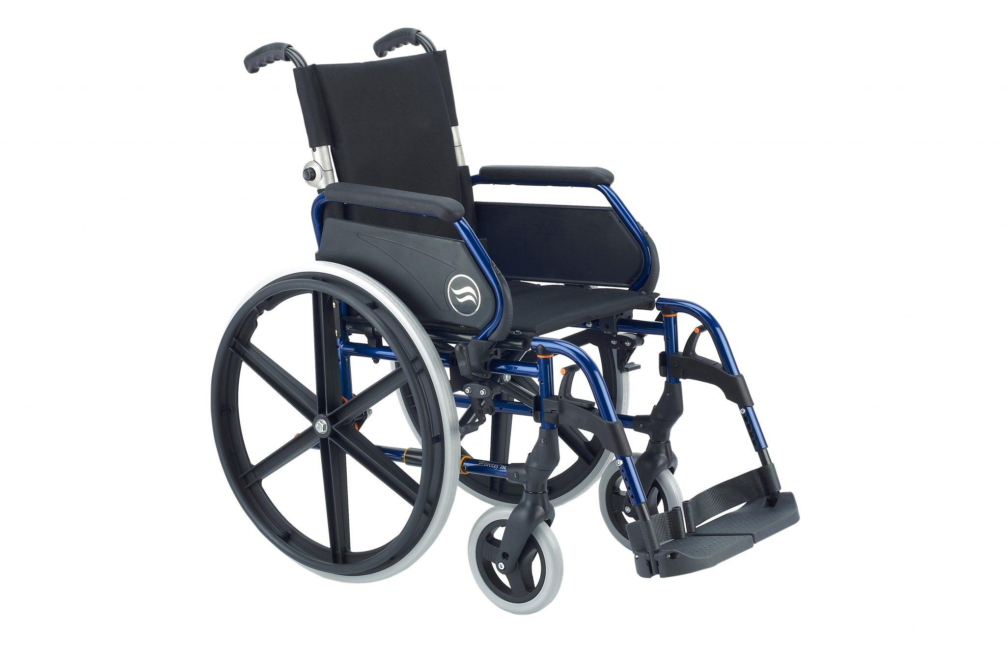 Cadeira de rodas manual preta, com estrutura azul, com vista de perfil.