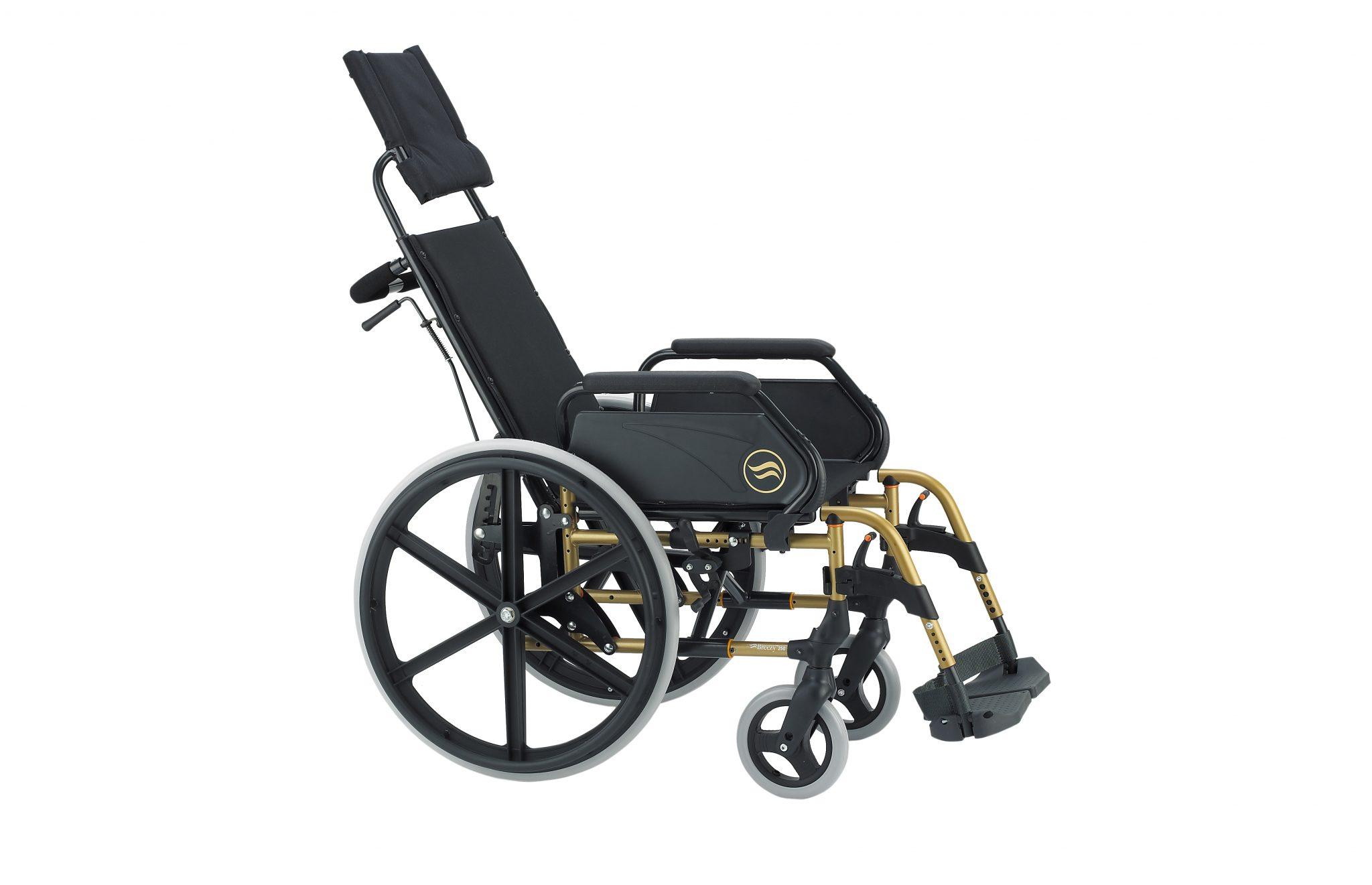 Cadeira de rodas manual, preta com vista dourada, vista de lado.