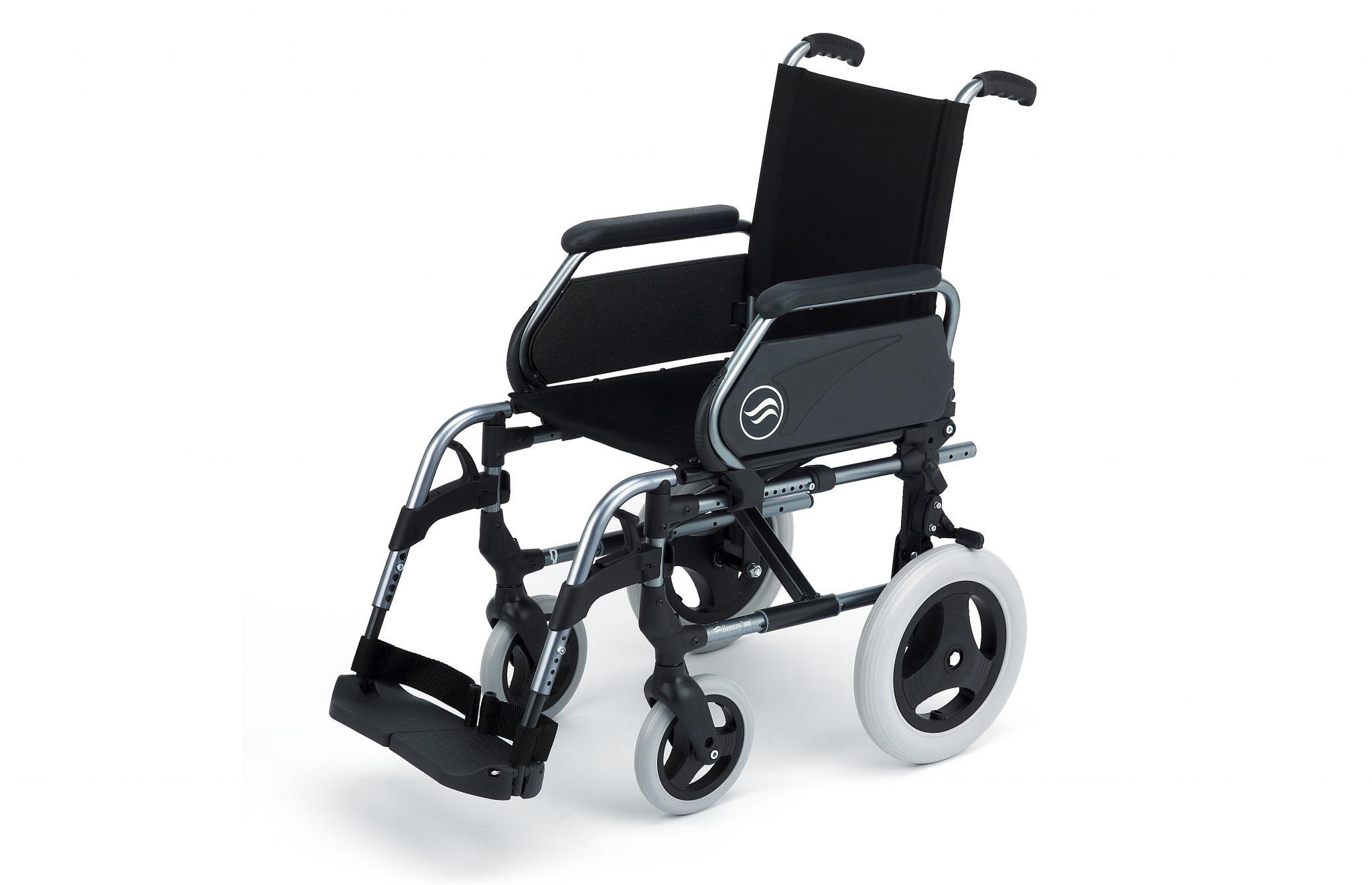 Cadeira de rodas manual preta com estrutura prateada, com vista de perfil.
