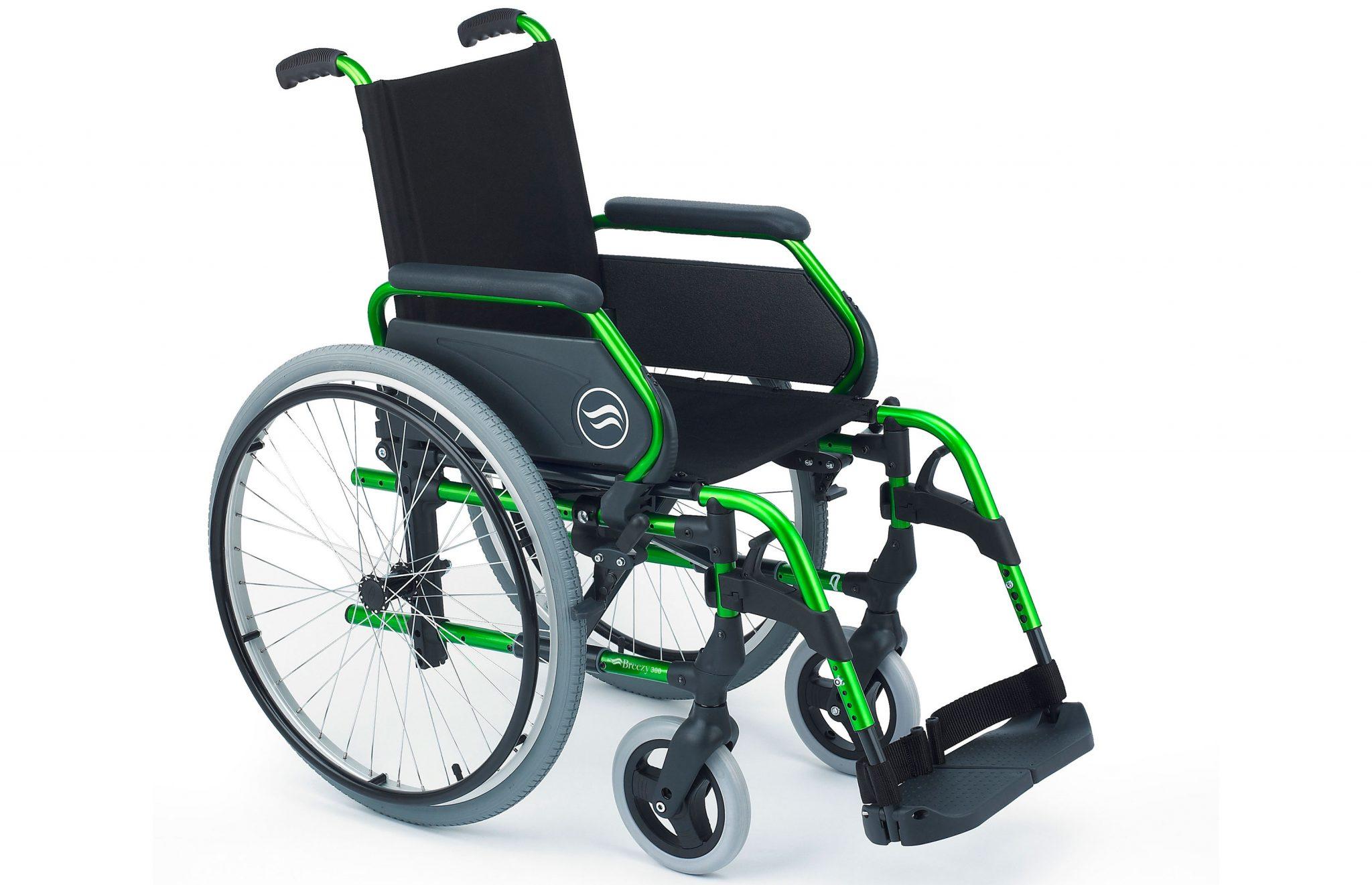 Cadeira de rodas, preta com estrutura verde, vista de perfil.