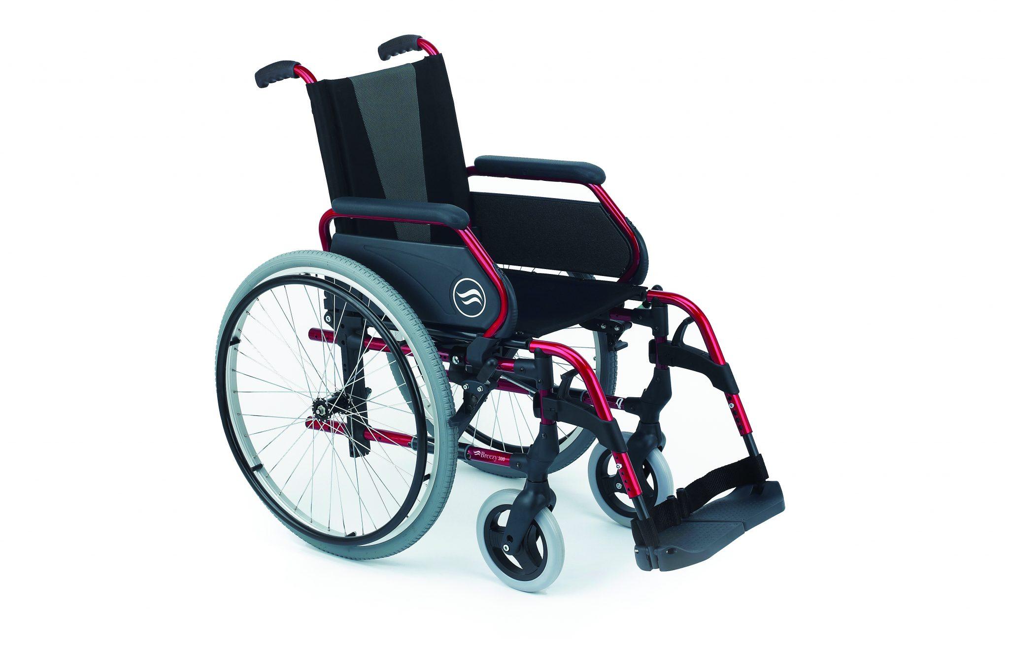 Cadeira de rodas, preta com estrutura vermelha, vista de perfil.