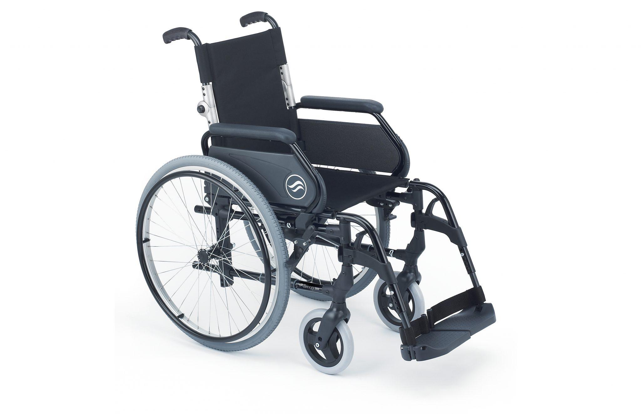Cadeira de rodas manual preta, com vista de perfil.