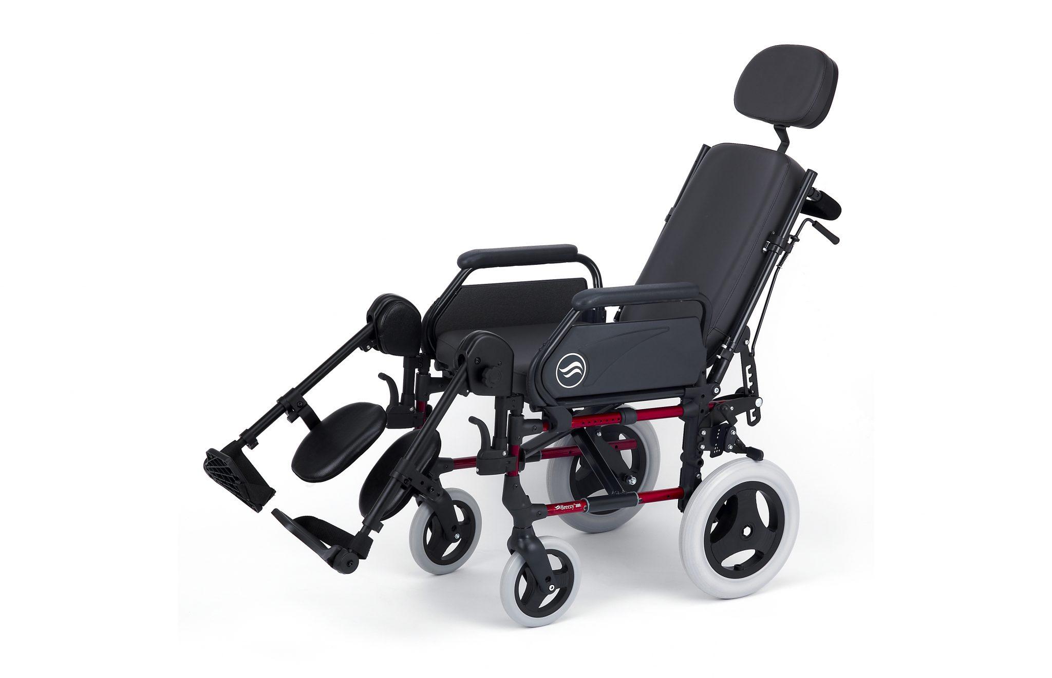 Cadeira de rodas preta com estrutura vermelha, vista de perfil.