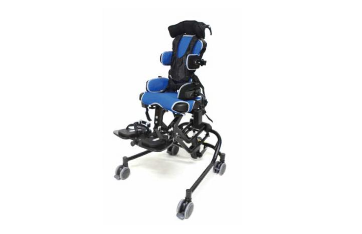 Cadeira de posicionamento pediátrica Junior tamanho 2, com base em X, apoio de cabeça multigrip de triplo ajuste, suporte lateral de pernas, suporte de ombros e almofada slim curta com faixas. Cobertura de assento em cor preto.