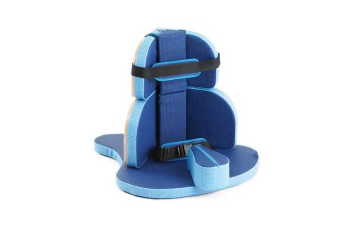Corner seat tam.2- Assento de canto tamanho 2, com bloco abdutor cinto pélvico e faixa de tronco. Indicado para crianças com 1 ano a 6 anos. Permite que a criança obtenha uma postura correta sentada e um maior conforto.