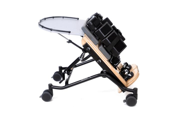 Prono Stander com bloqueador de joelhos da Jenx para crianças com 3-7 anos. Permite a posição vertical ideal e é ajustável em altura e inclinação.