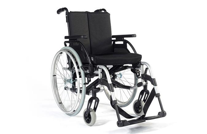 Cadeira de rodas preta com estrutura em alumínio, vista de perfil.