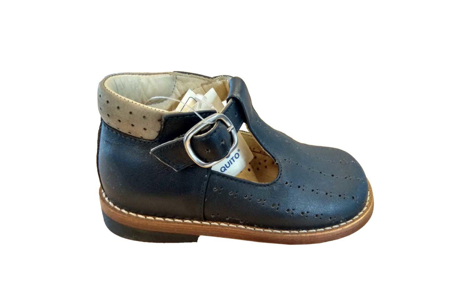 Sapatos ortopédicos de criança, tamanho 24, modelo clássico comaberturas de lado, da marca Paquito. Em azul escuro com pormenor bege